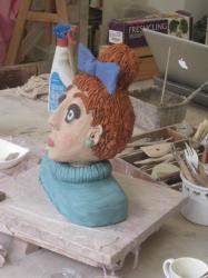 femme rousse au noeud bleu