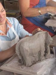 un lemurien sur un elephant, sculpture